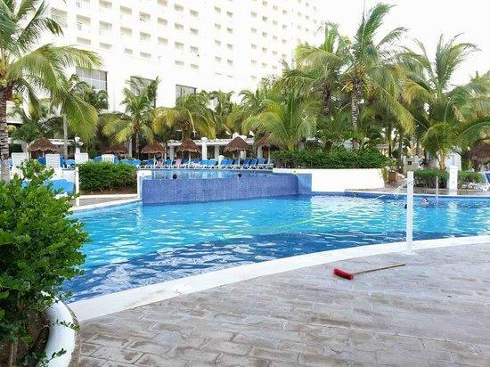 Hotel Riu Emerald Bay: alberca para todos