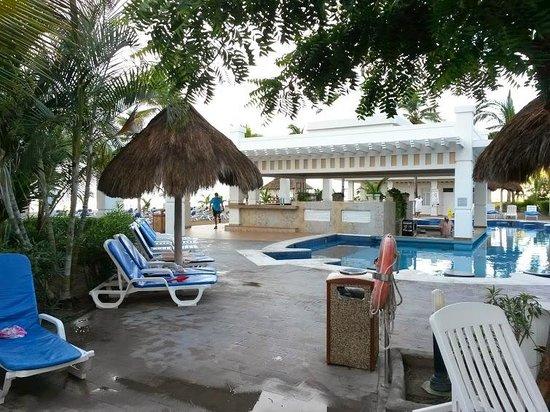 Hotel Riu Emerald Bay: bar desde alberca y fuera de ella, aqui no se admiten niños en el agua