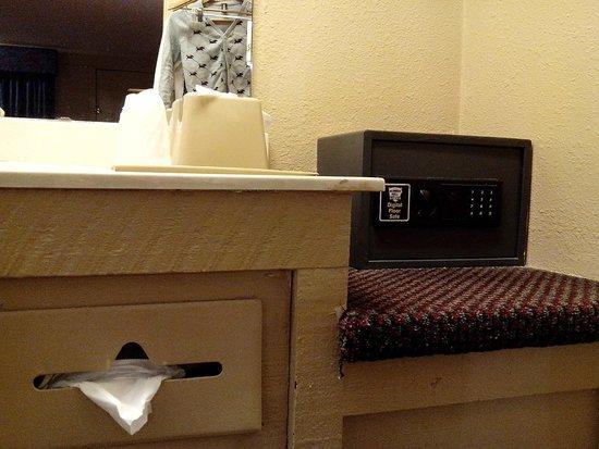 Knights Inn Maingate Kissimmee/Orlando: Shabby sink counter