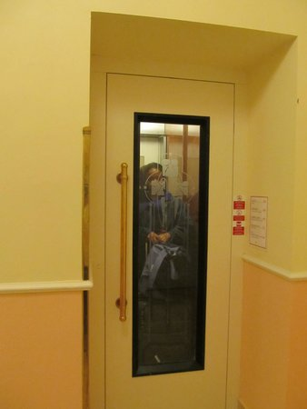 Anna Hotel: small elevator