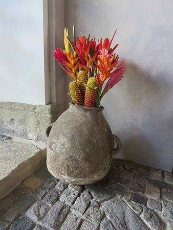 San Rafael Hotel: Tropical floral arrangement in patio 2