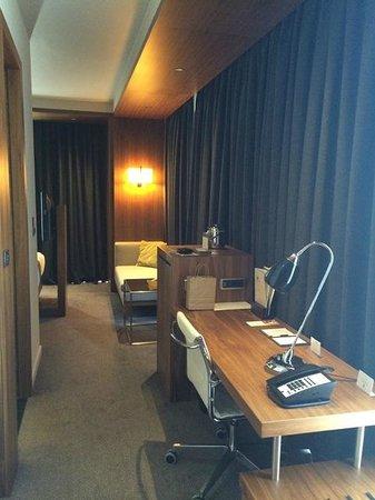 DoubleTree by Hilton Hotel Zagreb: desk area