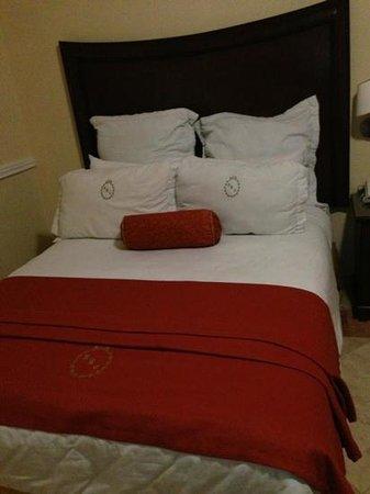 Hotel Hacienda Real del Caribe: comfortable big single bed with 6 pillows