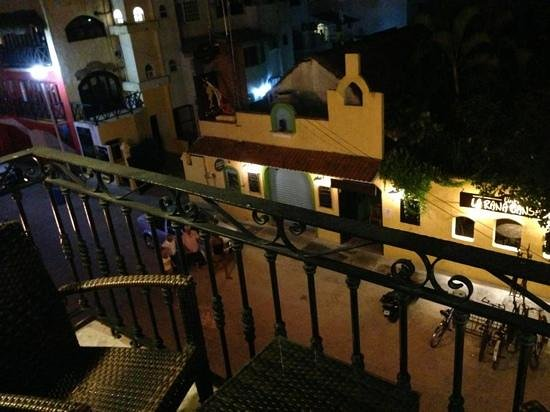 Hotel Hacienda Real del Caribe: the night view of Calle 10 that leads to Fifth Avenue on my left and on my rught leads to Munici