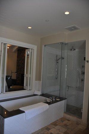 Hotel Yountville: Bathroom was huge!