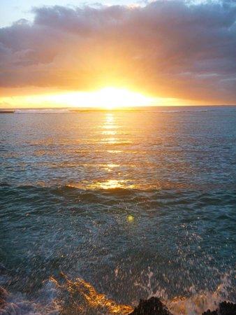 Liku'alofa Beach Resort : sunset at the resort beach