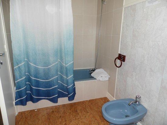 Salle de bains des enfants picture of relais des - Salle de bain enfants ...