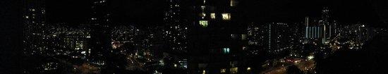 DoubleTree by Hilton Alana - Waikiki Beach : Panorama of night from a penthouse room