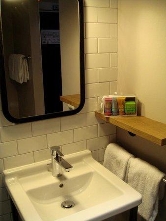 pentahotel Prague: Bathroom - Loved the toiletries!