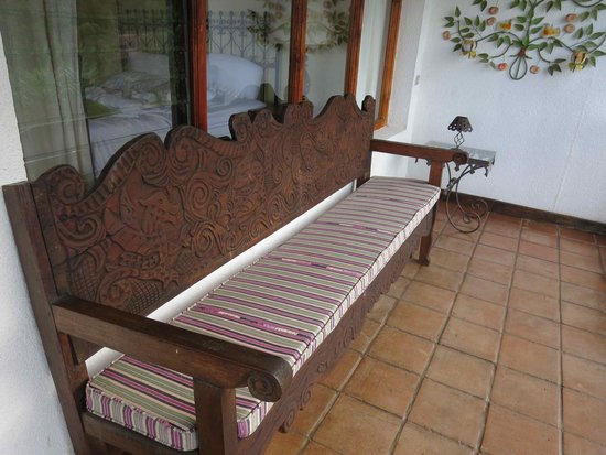 Hotel Atitlan : Carved wooden bench in hallway