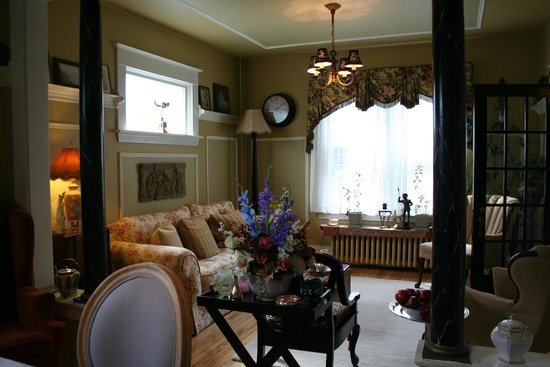 The Weary Gardener Bed and Breakfast: View of living room from dining room