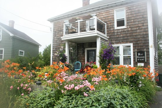 The Weary Gardener Bed and Breakfast: Beautiful front and back gardens