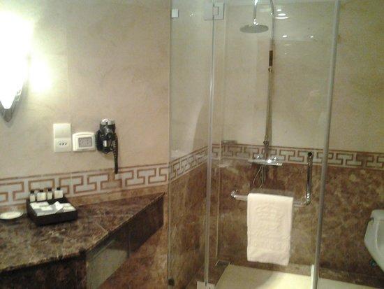 Rex Hotel: Baño (ducha) hay bañera también
