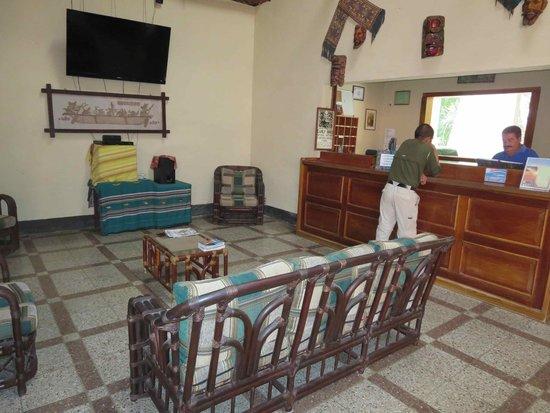 Hotel Tikal Inn: Reception area