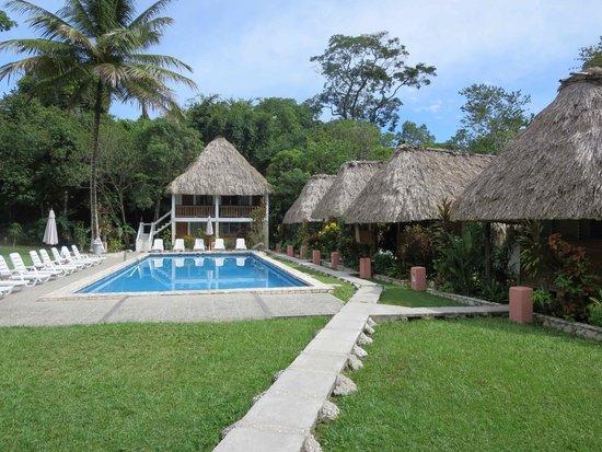 Hotel Tikal Inn: Pool w bungalows on right side