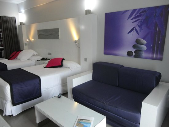 Hotel Riu Palace Costa Rica: All rooms are purple, pink, and white