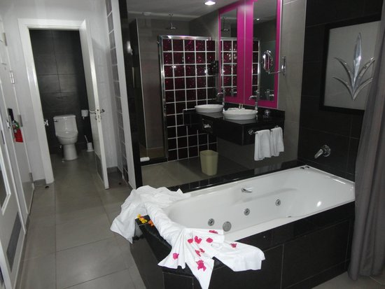 Hotel Riu Palace Costa Rica: The tub is IN the room with just a curtain separating it from the bed