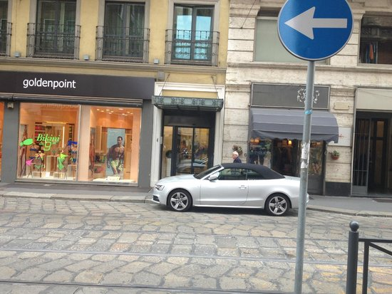 UNA Maison Milano: Spot the entry (at rear of the car)