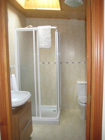 The Way Hostel: Very modern bath