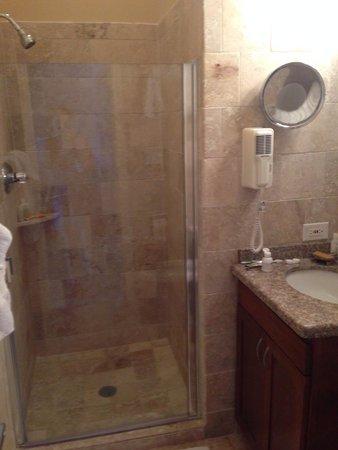 Tamarind Reef Resort, Spa & Marina: Beautiful new bathrooms!