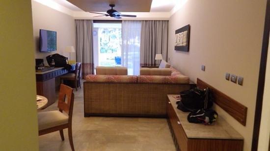 Hotel Barcelo Maya Beach : suite: large sitting area