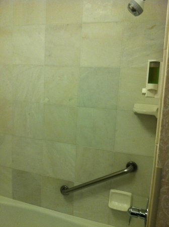 Drury Inn & Suites Columbus Grove City: Nice tile tub surround