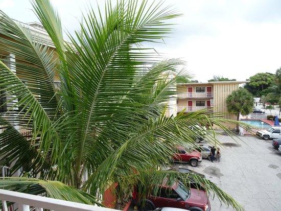 Travelodge Fort Lauderdale: Estacionamento, prédio e piscina