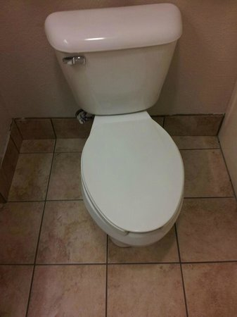 Days Inn & Suites Louisville SW: Room toilet, wonky installation