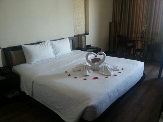 ORCHID HOTEL: Swans on our bed !!! Beautiful x