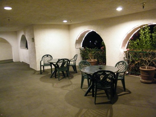 Best Western Plus Las Brisas Hotel: seating on the grounds