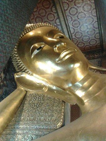 Wat Pho (Tempel des liegenden Buddha): cara del Buda reclinado
