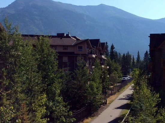 Stoneridge Mountain Resort by CLIQUE: Mountain view looking ahead from balcony