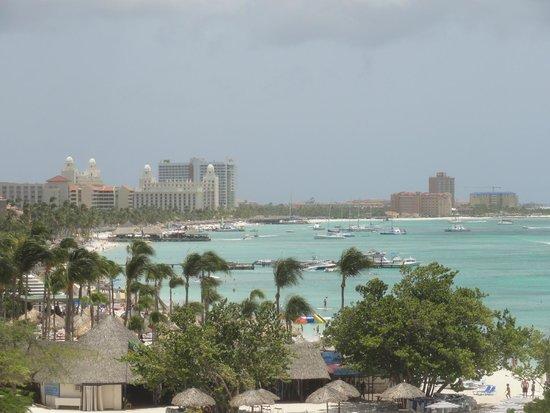 The Ritz-Carlton, Aruba : Down the beach