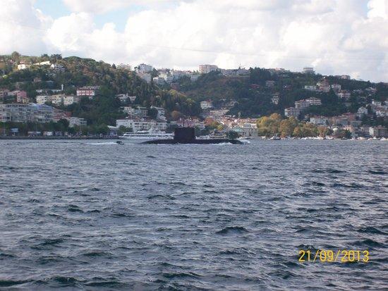 Bosphorus Cruise Day Trips: Submarino no estreito de Bosphoro.