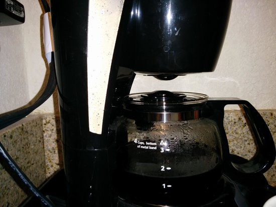 Clarion Inn Airport: notice gap between top of coffee pot and pause and serve on bottom of filter