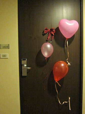 Grand Sukhumvit Hotel Bangkok : Birthday decoration on the room door