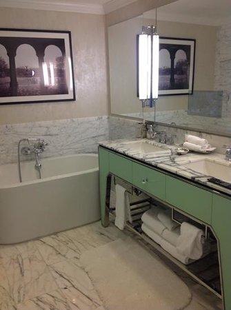 Loews Regency New York Hotel: Bathroom