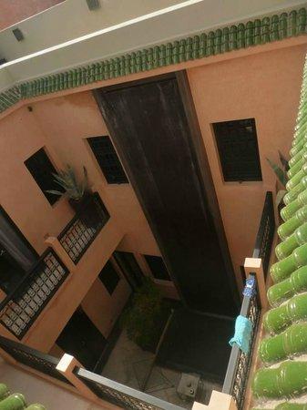 Riad Ambre et Epices: vista de piscina desde habitaciones
