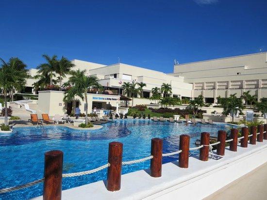Moon Palace Cancun : Sunrise pool area