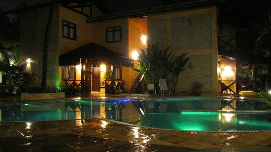 Pousada Marambaia Do Porto : Visão noturna da área da piscina.