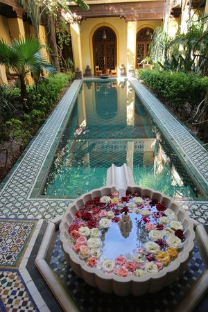 Riyad Al Moussika: Pretty pool and rose-filled fountain