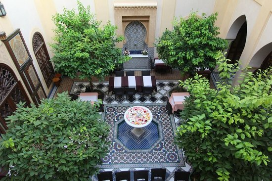 Riyad Al Moussika: Inner courtyard with rose-filled fountain