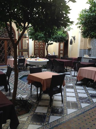 Riyad Al Moussika: Inner courtyard tables