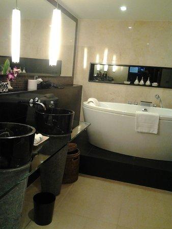 Banyan Tree Bangkok: baño con bañera y ducha