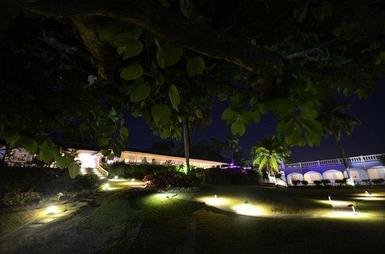 Jamaica Inn: Hotel at night