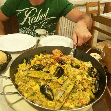 Hotel Rossi: Cena a base di paella
