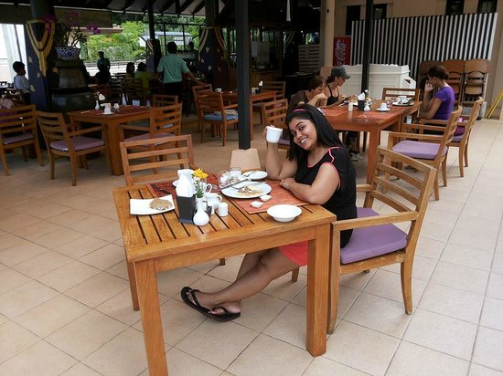 Aonang Cliff Beach Resort : Breakfast buffet area