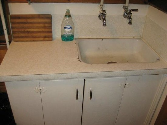 Bungalow Motel: filthy cracked sink