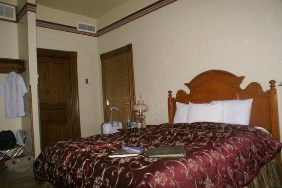Bullock Hotel: Queen room facing main street.