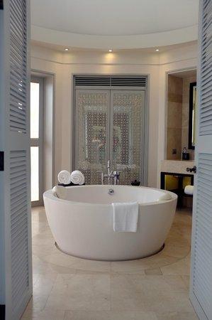 Amatara Wellness Resort: We loved this gorgeous bathroom!